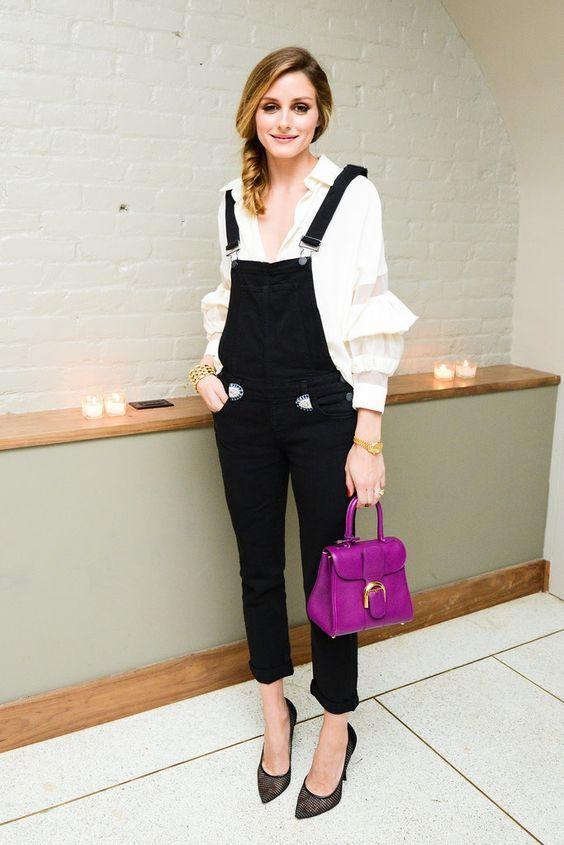 jardineira com camisa branca e bolsa roxa