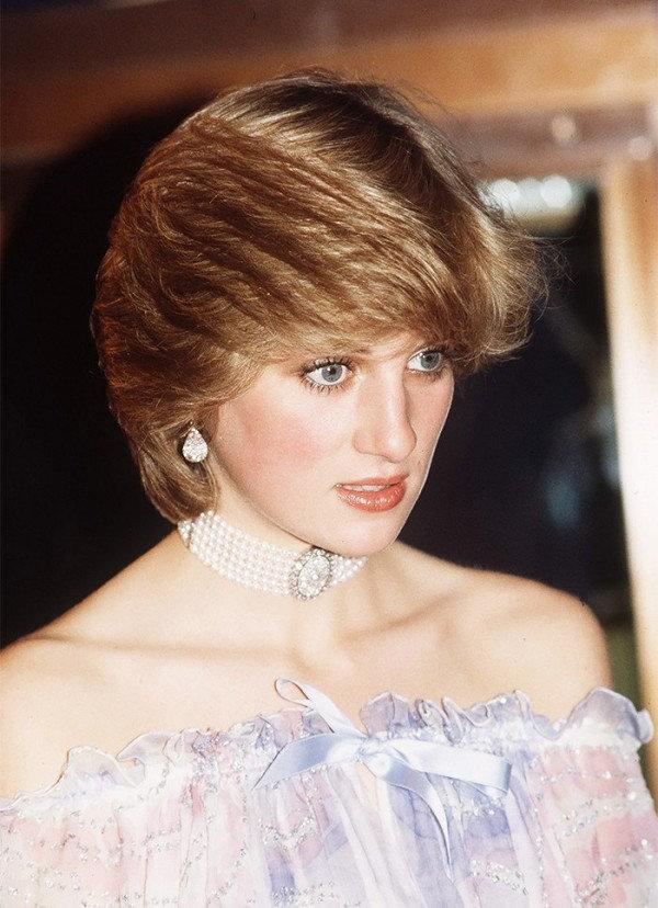 Princesa Diana na década de 80 adorava chokers e as usava com terninhos ou vestidos.
