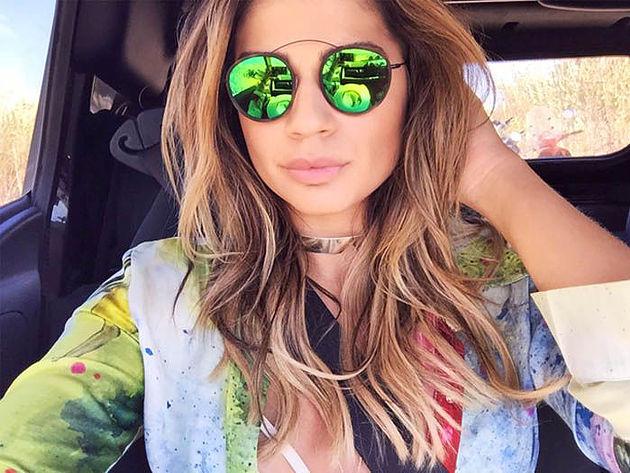 Thassia Naves com choker dourada