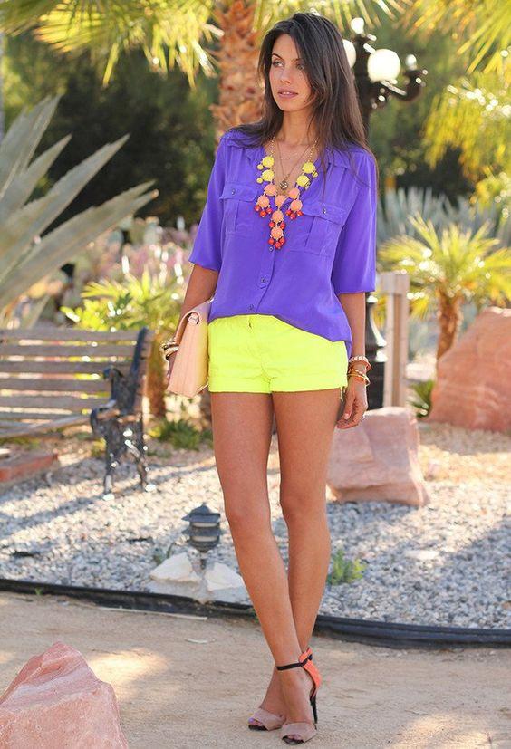 Blusa violeta com short amarelo neon e acessórios neon - Imagens Pinterest