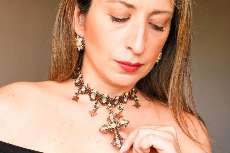 Gargantilha choker crucifixo cristal e Brinco pequeno no formato oval, banho cobre velho com pedra e strass champanhe e fumê