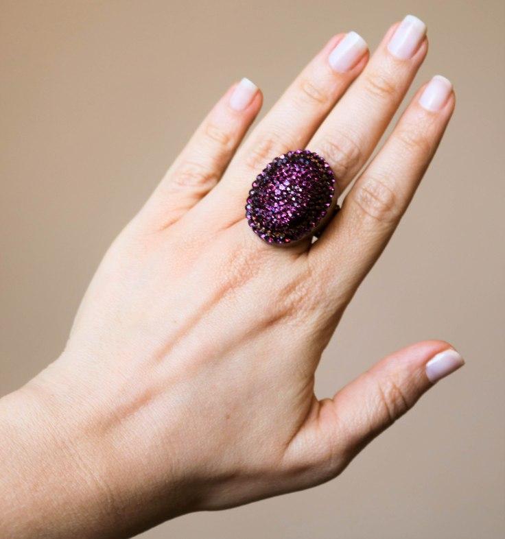 Maxi anel ajustável no banho cobre velho com  aplicação de strass roxo