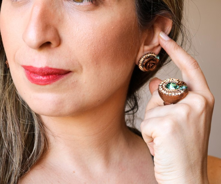 Conjunto anel e par de brincos com detalhes de flor com pedras naturais na cor verde e champanhe