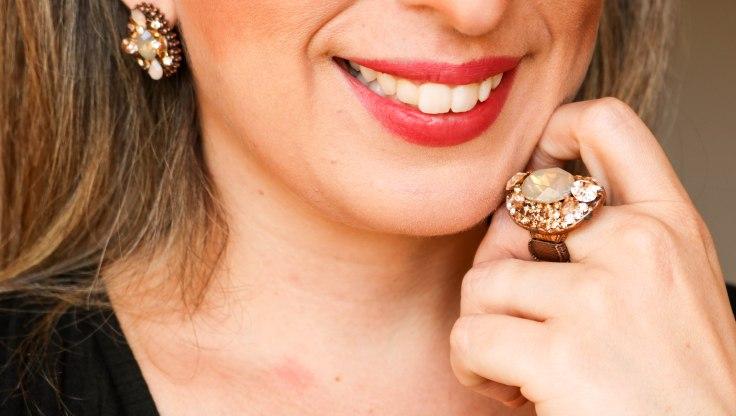 Conjunto anel e par de brincos  no formato oval no banho cobre velho com aplicação de  pedras naturais na cor  champanhe