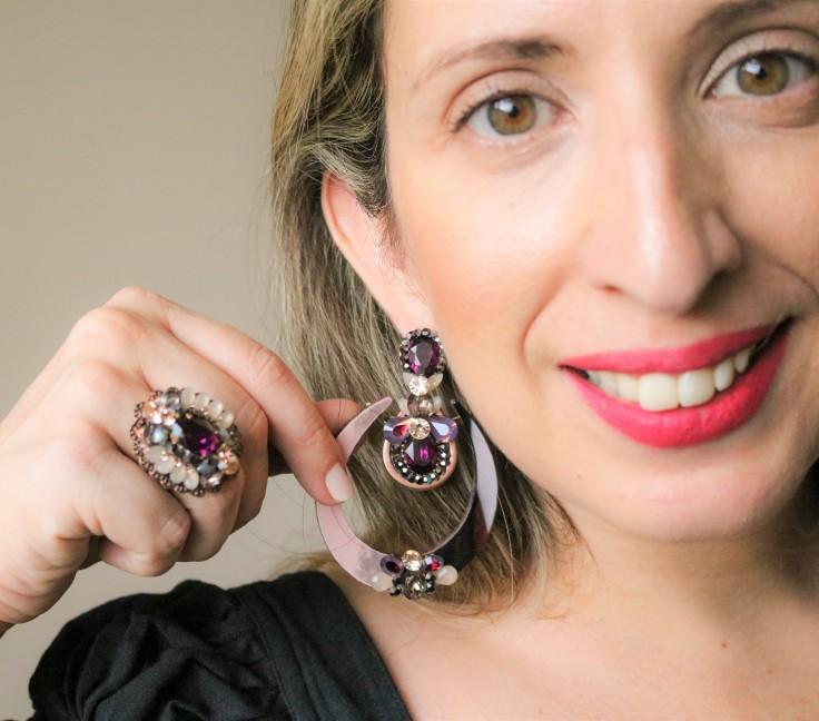 Maxi brinco de acrílico com  aplicação de strass e pedras ultra violeta/ roxo | Maxi anel com aplicação de strass e pedra ultra violeta/ roxo