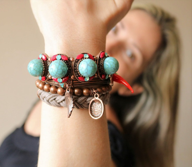 Mix de pulseiras boho chic turquesa e vermelho.| Conjunto anel e par de brincos com pedras naturais