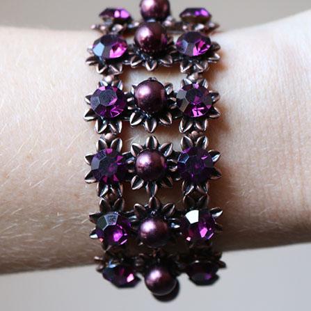 Pulseira bracelete com aplicação de strass e pérolas roxa