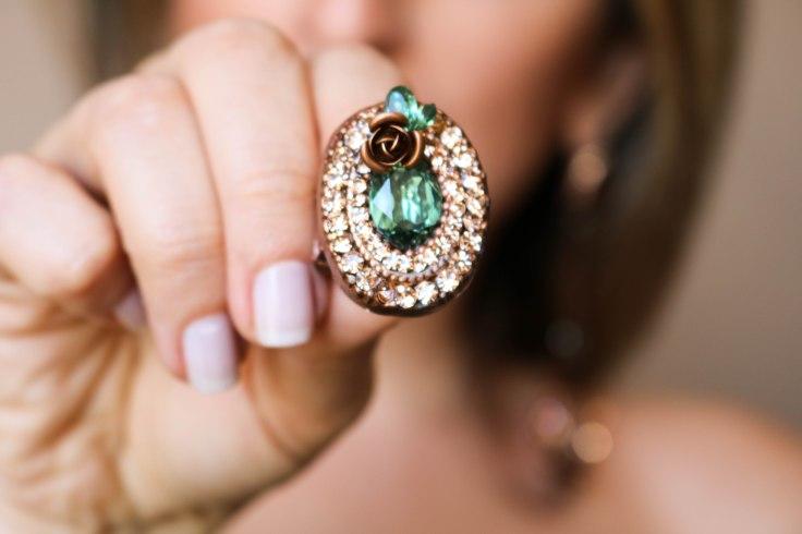 Maxi anel flor com pedra verde e strass champanhe