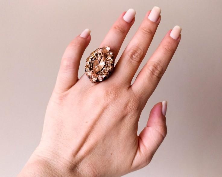 Conjunto de anel e brinco com perolas em banho cobre velho