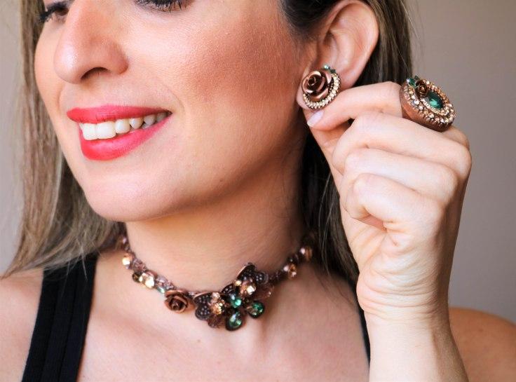 Gargantilha choker borboleta e  anel e par de brincos flor com pedras naturais verde