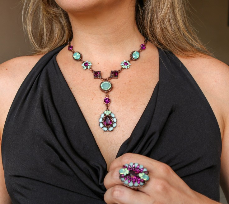 colar maxi anel com pedras roxa e azul