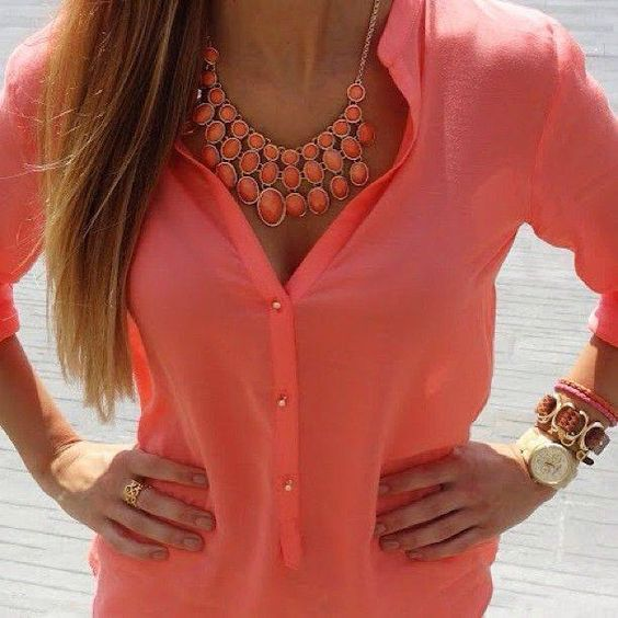colar e blusa coral