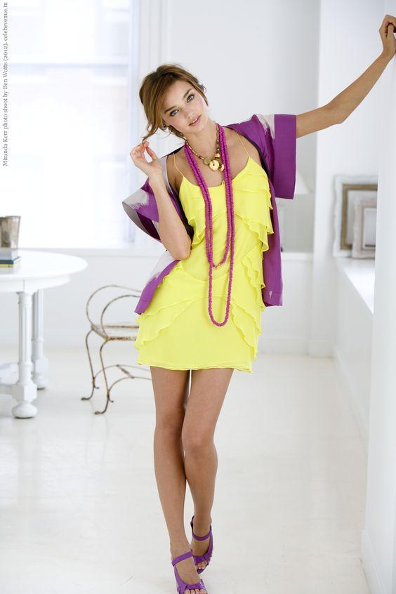 Vestido amarelo com blusa roxa