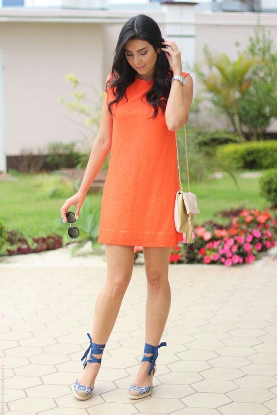 vestido coral com sandalia azul