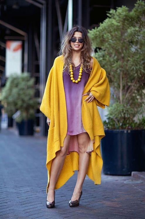 vestido roxo com camisa amarela