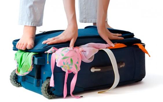 como arrumar mala de viagem para praia