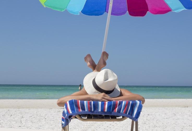 Como arrumar a mala de viagem para 7 dias na praia de acordo com o estilo pessoal.