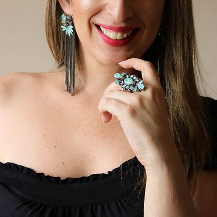 Maxi brinco com franjas pedras e strass azul turquesa e Maxi anel com strass e pedra azul turquesa