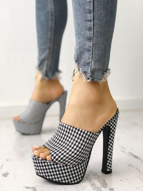 Quais são as principais tendências para os calçados inverno 2019. Tendência sandálias com estampa pied de poule